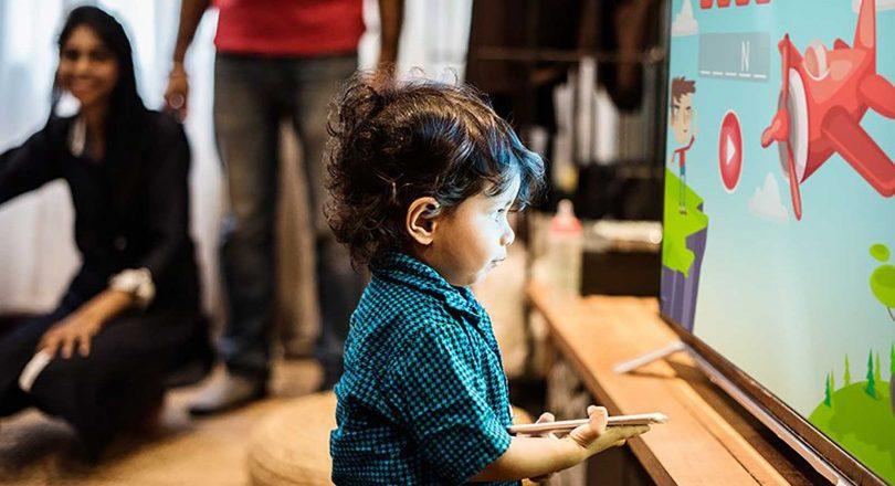 """Muita Exposição às """"Telas"""" Pode Causar Danos à Visão das Crianças"""